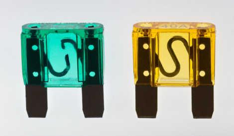 Kfz-Flachstecksicherung, Typ Maxi. Links: 30 A und defekt; rechts: 40 A und intakt